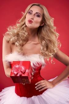 Ein kuss und ein geschenk speziell für sie