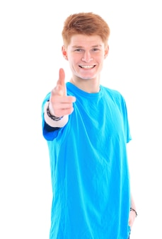Ein lächelnder mann, der zeichen zeigt, lokalisiert auf weißem hintergrund