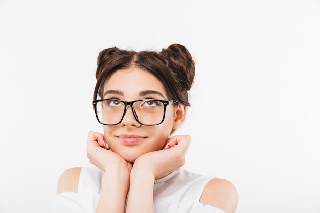 Ein lächelndes junges mädchen mit sonnenbrille