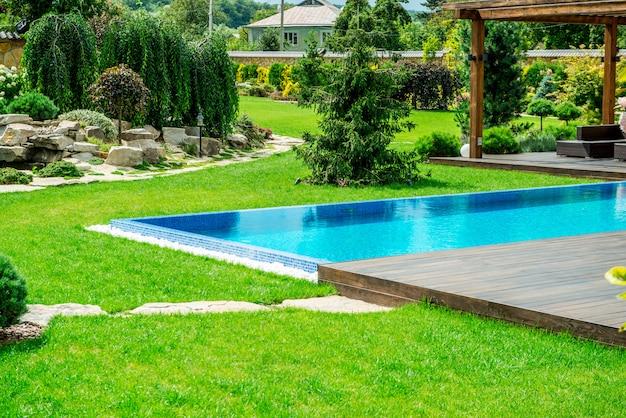 Ein landhaus mit einem schönen hinterhof hinter dem haus