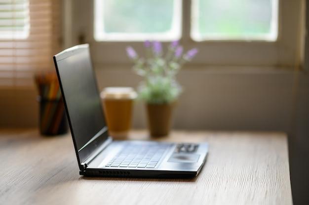 Ein laptop auf dem schreibtisch für die arbeit zu hause während des epidemievirus.