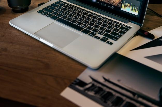 Ein laptop auf einem tisch