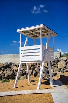 Ein leerer lebenschutzposten am bondi strand, sydney australia