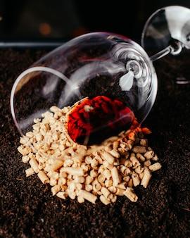 Ein leeres glas der vorderansicht mit rotwein auf der braunen oberfläche trinken alkoholfotoglas
