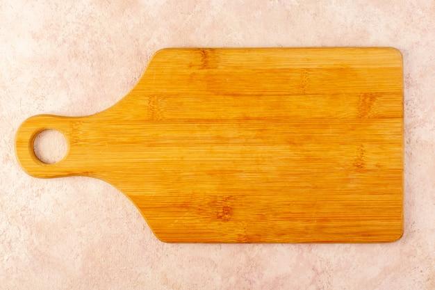 Ein leeres hölzernes schreibtischbraun der draufsicht lokalisiert auf dem hölzernen hintergrundbaumbaumtisch