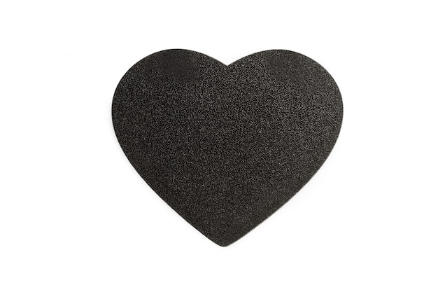 Ein leeres schwarzes holzherz mit kopienraum auf einem weißen hintergrund