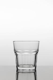 Ein leeres transparentes glas auf einem hellen hintergrund, nahaufnahme