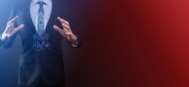 Ein leeres werkstück. ein geschäftsmann in einem anzug auf schwarzem hintergrund hält seine hände schützende geste. eine geste der fürsorge und schirmherrschaft.