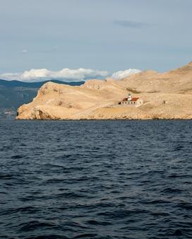Ein leuchtturm auf einer kleinen kroatischen insel, die an feiertagen in europa segelt
