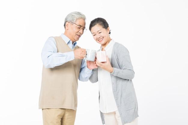 Ein liebendes altes ehepaar trinkt wasser Premium Fotos