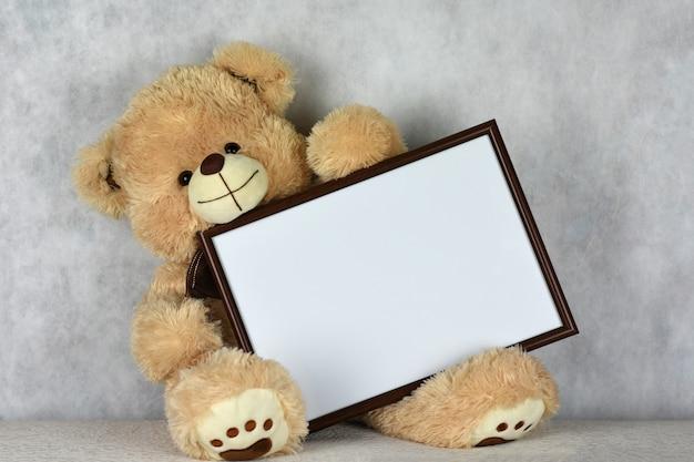 Ein liebevoller teddybär hat am valentinstag einen herzlichen rahmen