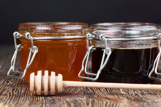 Ein löffel honig zusammen mit hochwertigem bienenhonig