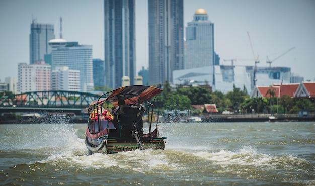 Ein longtail-boot auf dem chao phraya river