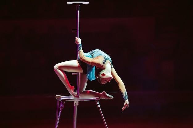 Ein luftturner zeigt eine aufführung in der zirkusarena.