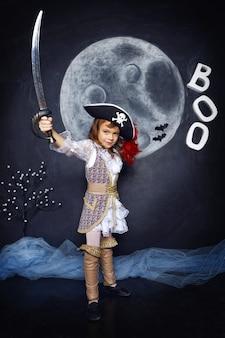 Ein mädchen als pirat mit halloween-dekorationen verkleidet