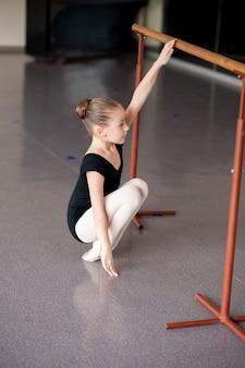 Ein mädchen bei einer ballettstunde