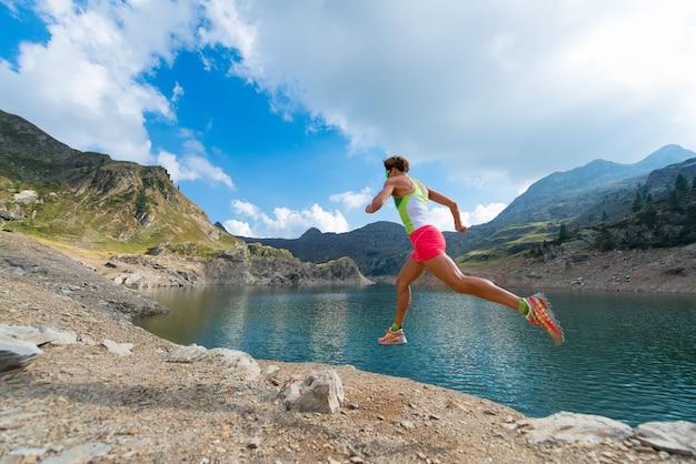 Ein mädchen, das nahe einem bergsee läuft