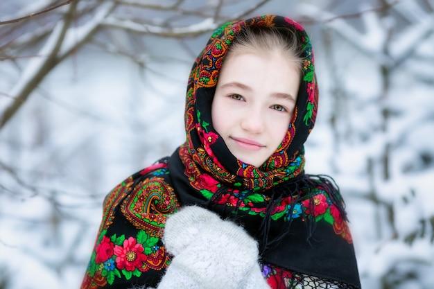 Ein mädchen in einem russischen halstuch im winter