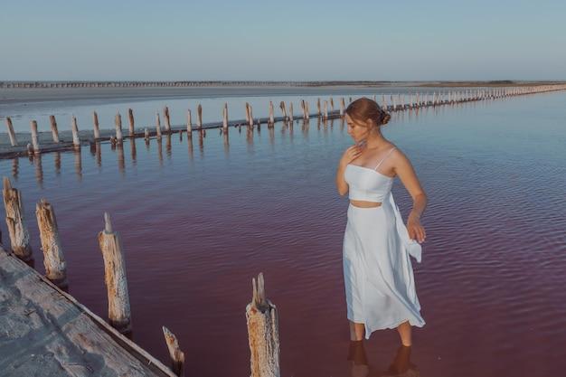 Ein mädchen in einem weißen kleid auf dem salzsee sasyk sivash crimea