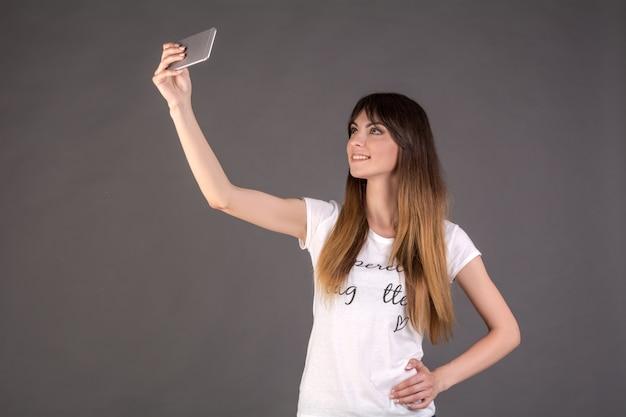 Ein mädchen macht ein selfie am telefon.