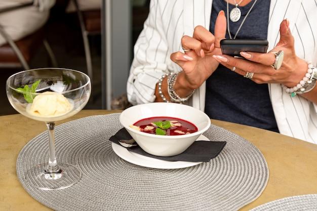 Ein mädchen macht selfie essen beim mittagessen in einem restaurant. close-up textfreiraum.