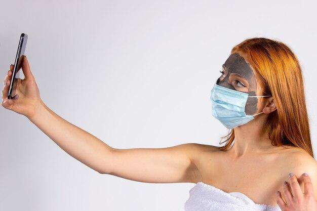 Ein mädchen mit einer maske im gesicht und ein anderes von einer pandemie. hochwertiges foto