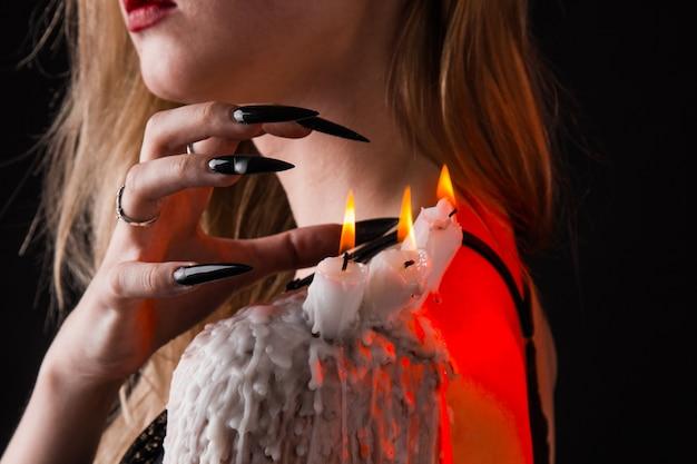 Ein mädchen mit langem hexenhaar versucht, sich selbst in brand zu stecken