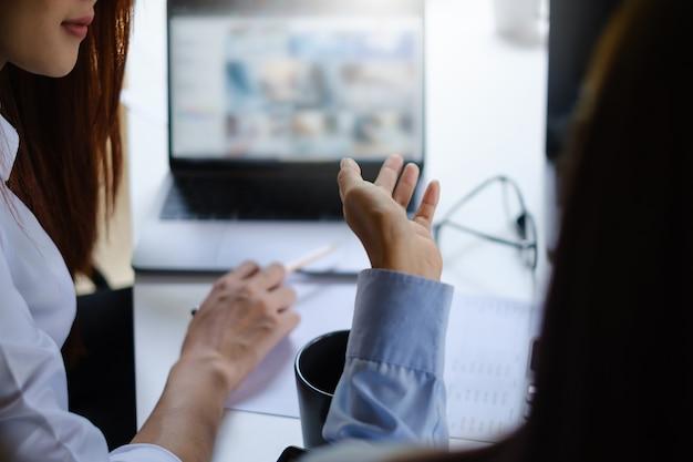 Ein mädchen mit zwei mädchen übt vor dem online-kurs grundlegende kursübungen per video auf dem laptop. soziale distanzierung. bleiben sie zu hause. neue normalität. covid-19-coronavirus-konzept.
