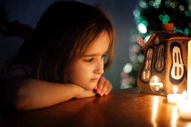 Ein mädchen schreibt einen brief an den weihnachtsmann