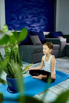 Ein mädchen sitzt in yoga asana