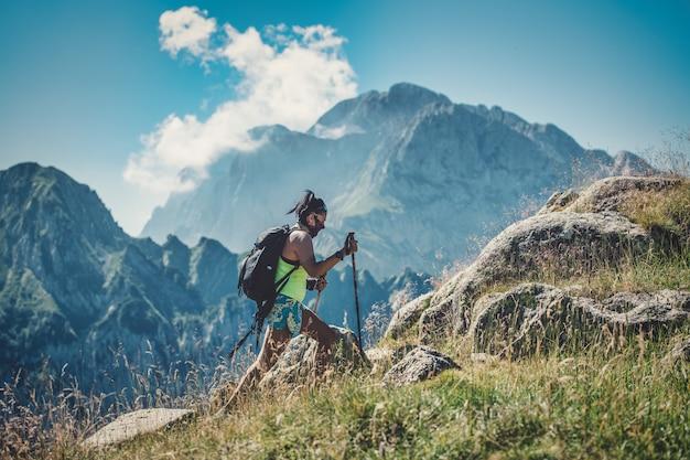 Ein mädchen übt trekking mit einer antivirenmaske