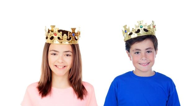 Ein mädchen und ein junge mit goldenen kronen auf ihren köpfen