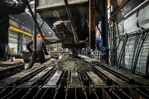 Ein männlicher arbeiter kontrolliert den produktionsprozess in einer fabrik