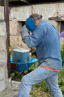 Ein männlicher arbeiter schweißt