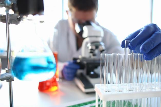 Ein männlicher chemiker hält ein reagenzglas in der hand