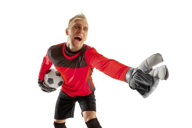 Ein männlicher fußballspieler-torhüter, der weg zeigt und auf weißem hintergrund schreit. appell an den schiedsrichter, auftrag an verteidiger und konzept menschlicher emotionen
