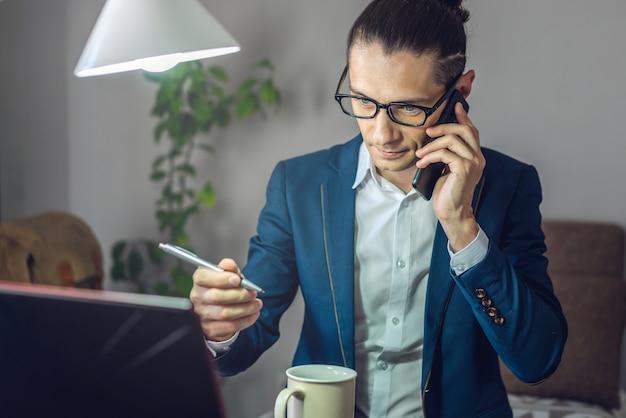 Ein männlicher geschäftsmann arbeitet remote im home-office-modus