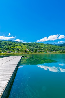 Ein malerischer bergsee liegt in einem tal inmitten der berge.