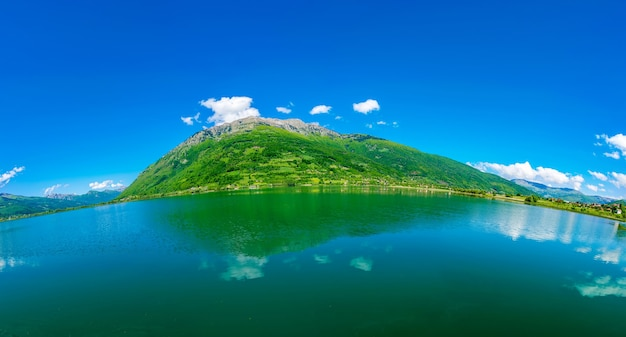 Ein malerischer bergsee liegt in einem tal zwischen den bergen.