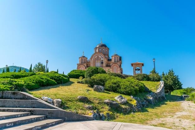 Ein malerischer orthodoxer alter tempel in trebinje. bosnien und herzegowina.
