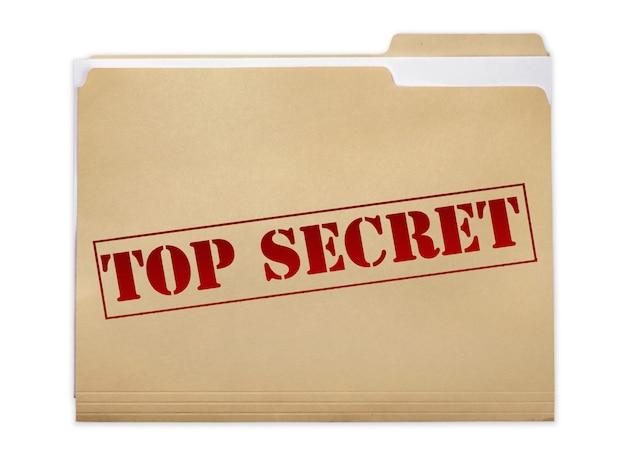 Ein manila-ordner mit den verblassten worten top secret auf der vorderseite, isoliert auf weißem hintergrund