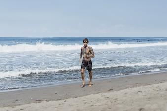 Ein Mann an der Küste des Ozeans entlang der Küste