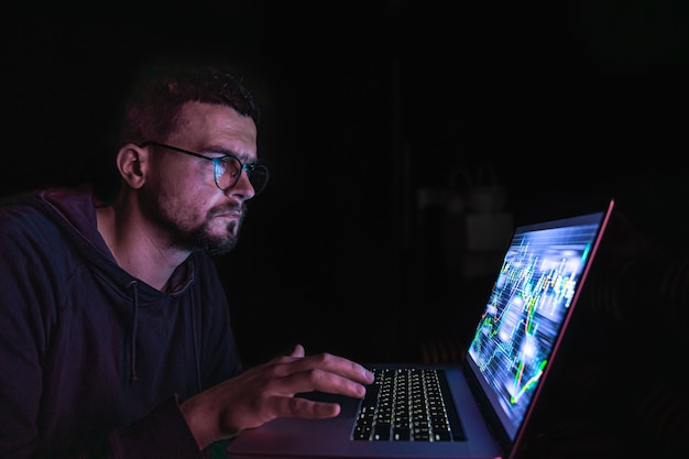 Ein mann analysiert börsencharts finanzdaten auf einer elektronischen tafel
