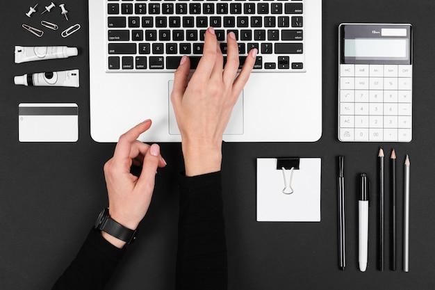 Ein mann arbeitet mit laptop isoliert auf balck