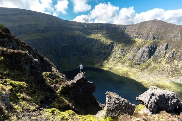 Ein mann auf dem gipfel eines berges in irland