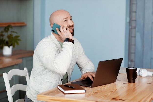 Ein mann bespricht das geschäft mit geschäftspartnern am telefon
