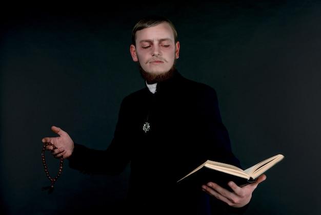 Ein mann, der als böser katholischer priester verkleidet ist