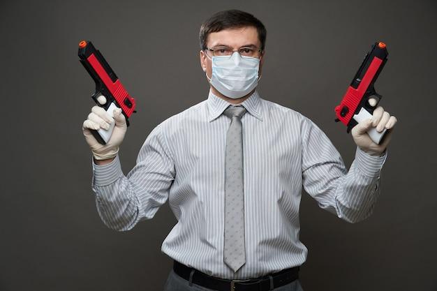 Ein mann, der als geschäftsmann verkleidet ist und im studio auf grauem hintergrund posiert