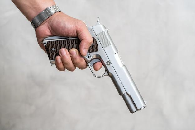 Ein mann, der auf einem verbrecher mit einer gewehr in seiner hand steht.