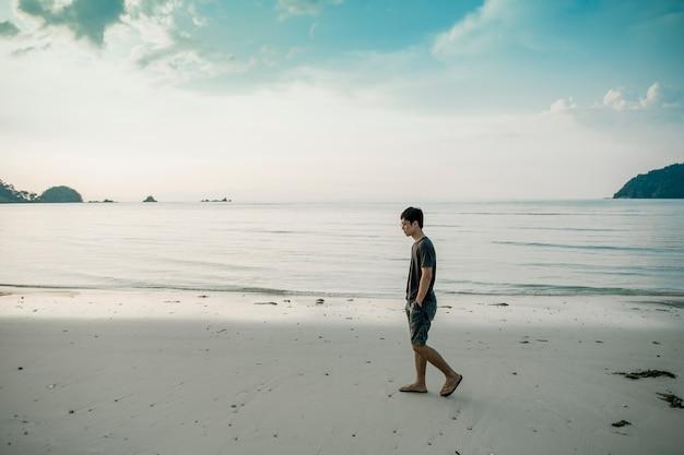 Ein mann, der auf strand geht